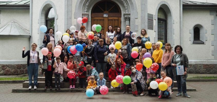 «Театр – это другой мир. И я сегодня показала этот мир своему ребенку»: как провели День защиты детей подопечные Проекта «ПАРУС»